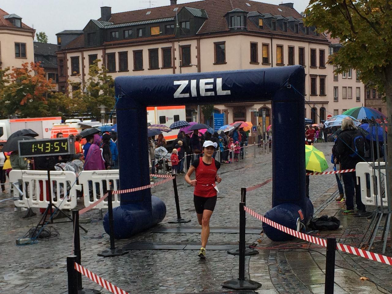 Aschaffenburger Halbmarathon 2015 - Zieleinlauf Lina Minejewa, TV Schweinheim