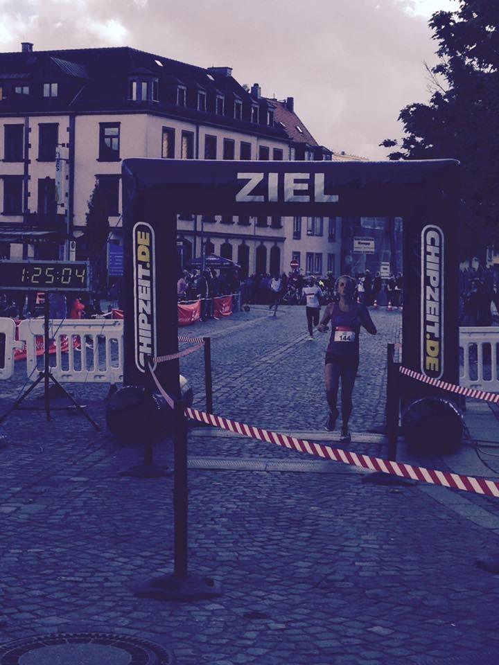 Zieleinlauf Julia Roth (TV Schweinheim) Aschaffenburger Halbmarathon 2016