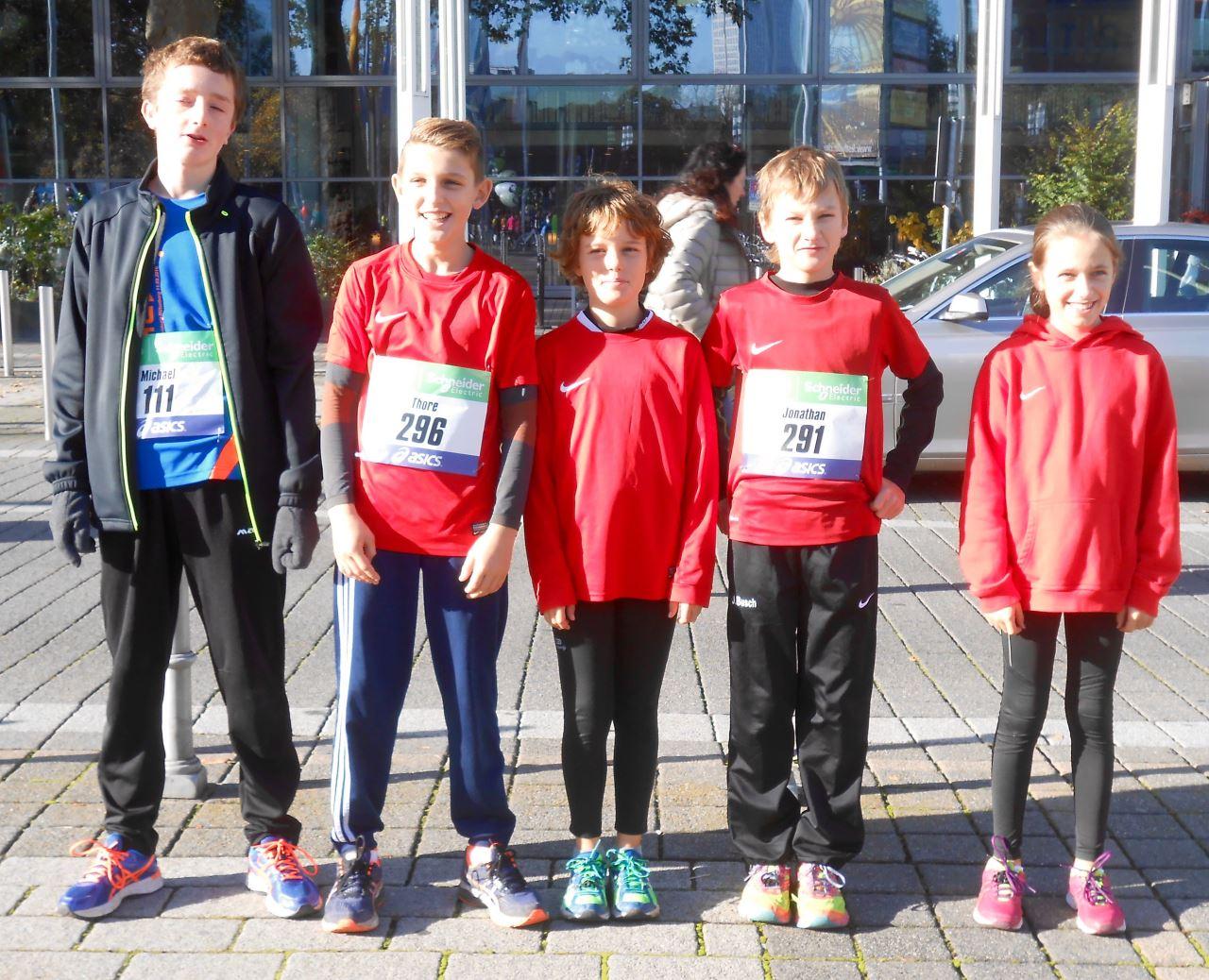 5 Kinder derLeichtathletikabteilung des TV Schweinheim beim Minimarathon in Frankfurt