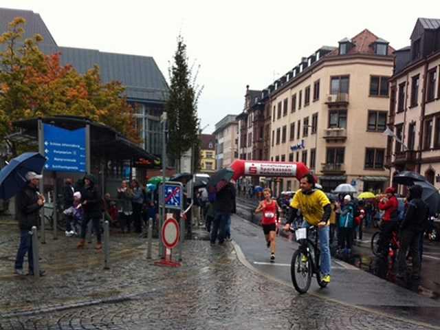 Aschaffenburger Halbmarathon 2015 - Julia Roth, TV Schweinheim auf der Zielgeraden