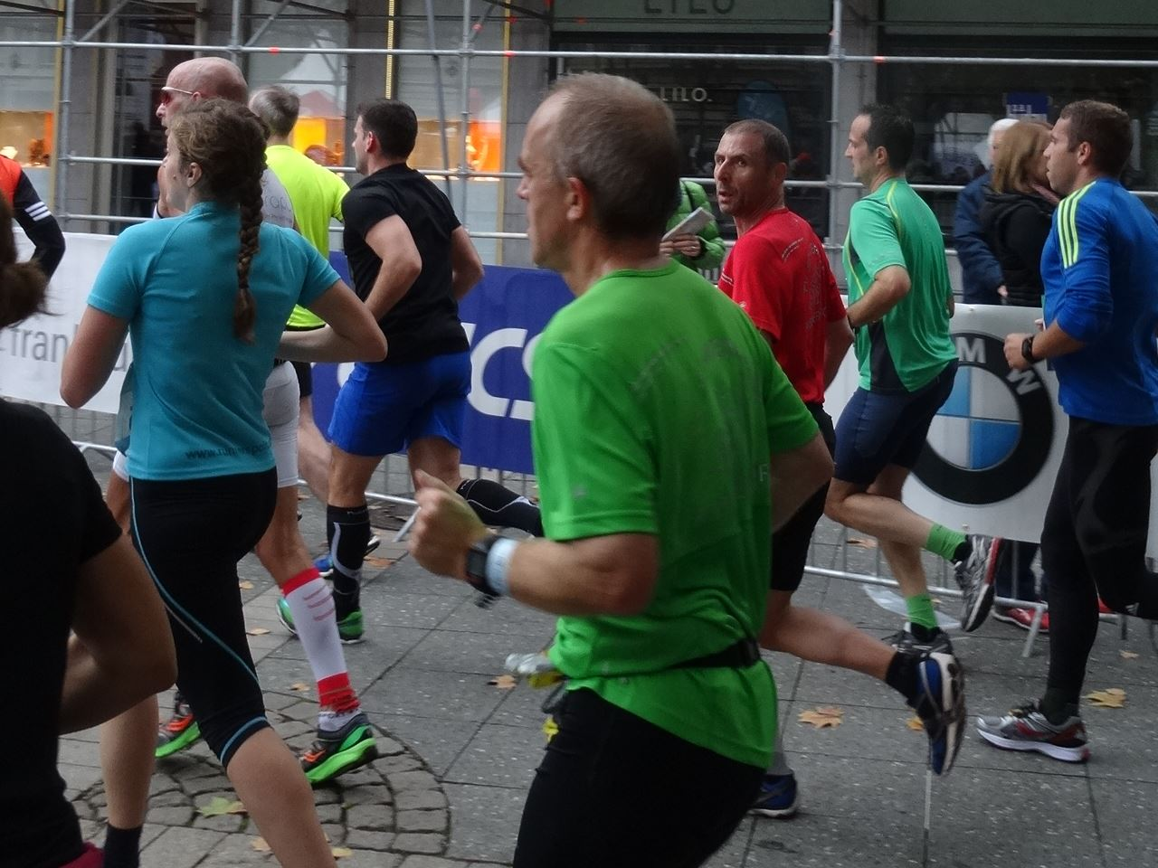 Jürgen Krebs und Markus Stein im Gleichschritt beim Frankfurt Marathon 2015