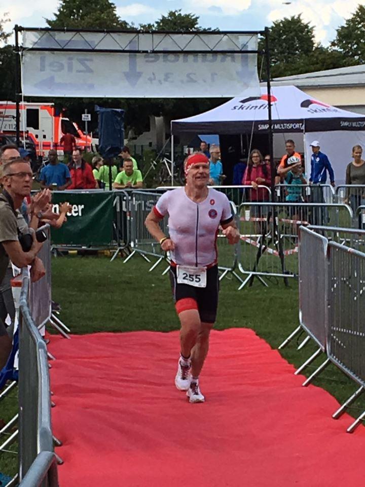 TV Schweinheim beim Moret-Triathlon 2016 - Zieleinlauf Matthias Köberlein