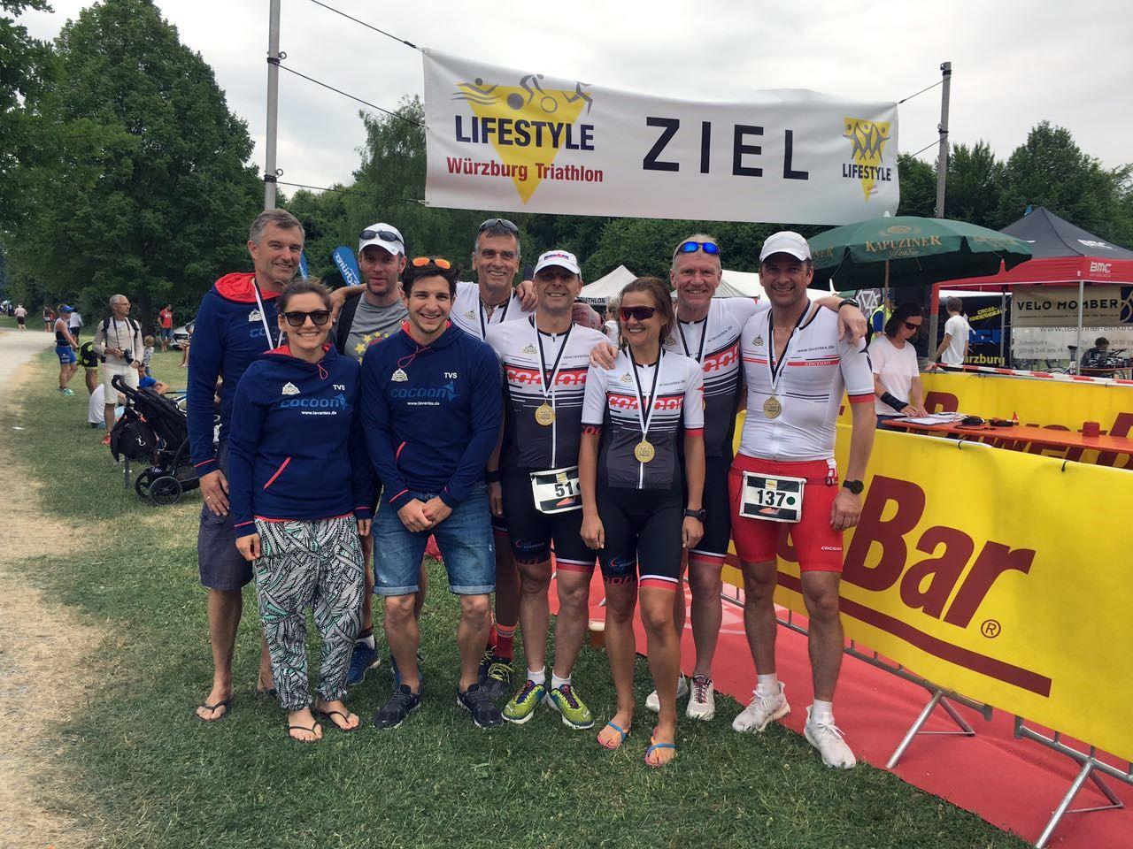 Triathleten des TV Schweinheim beim Lifestyle Triathlon Würzburg 2017 (Gruppenbild)