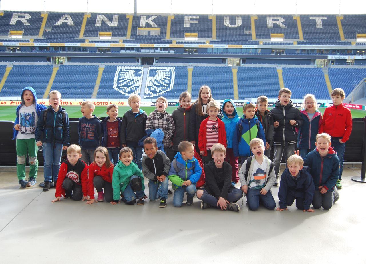 Fußballjugend TV Schweinheim besucht Eintracht Stadion