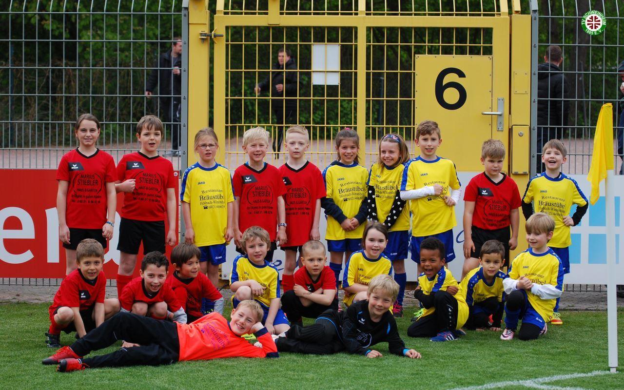 TV Schweinheim Einlaufkinder im Schönbusch-Stadion