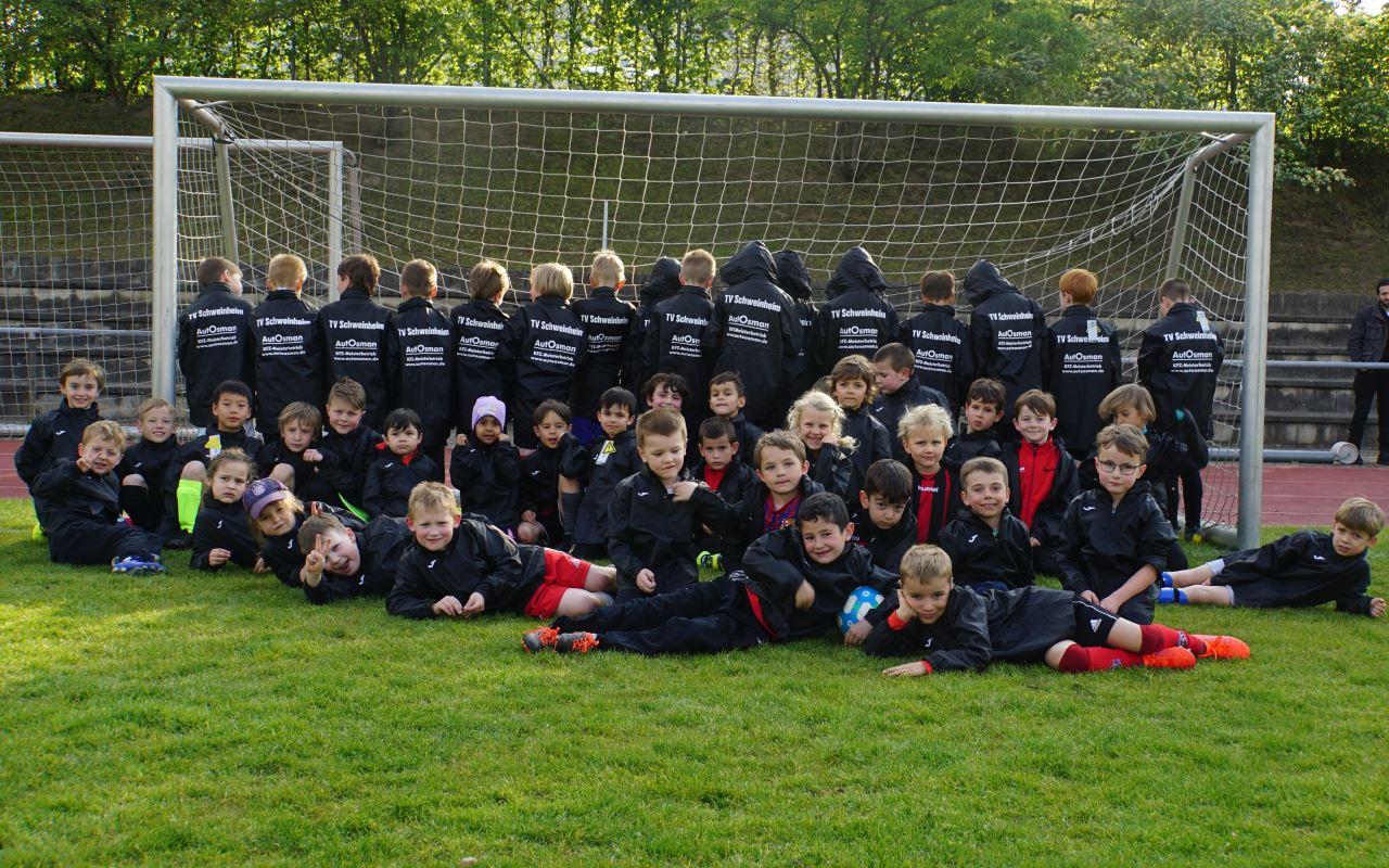 TV Schweinheim Fußball Bambinis mit neuen Regenjacken