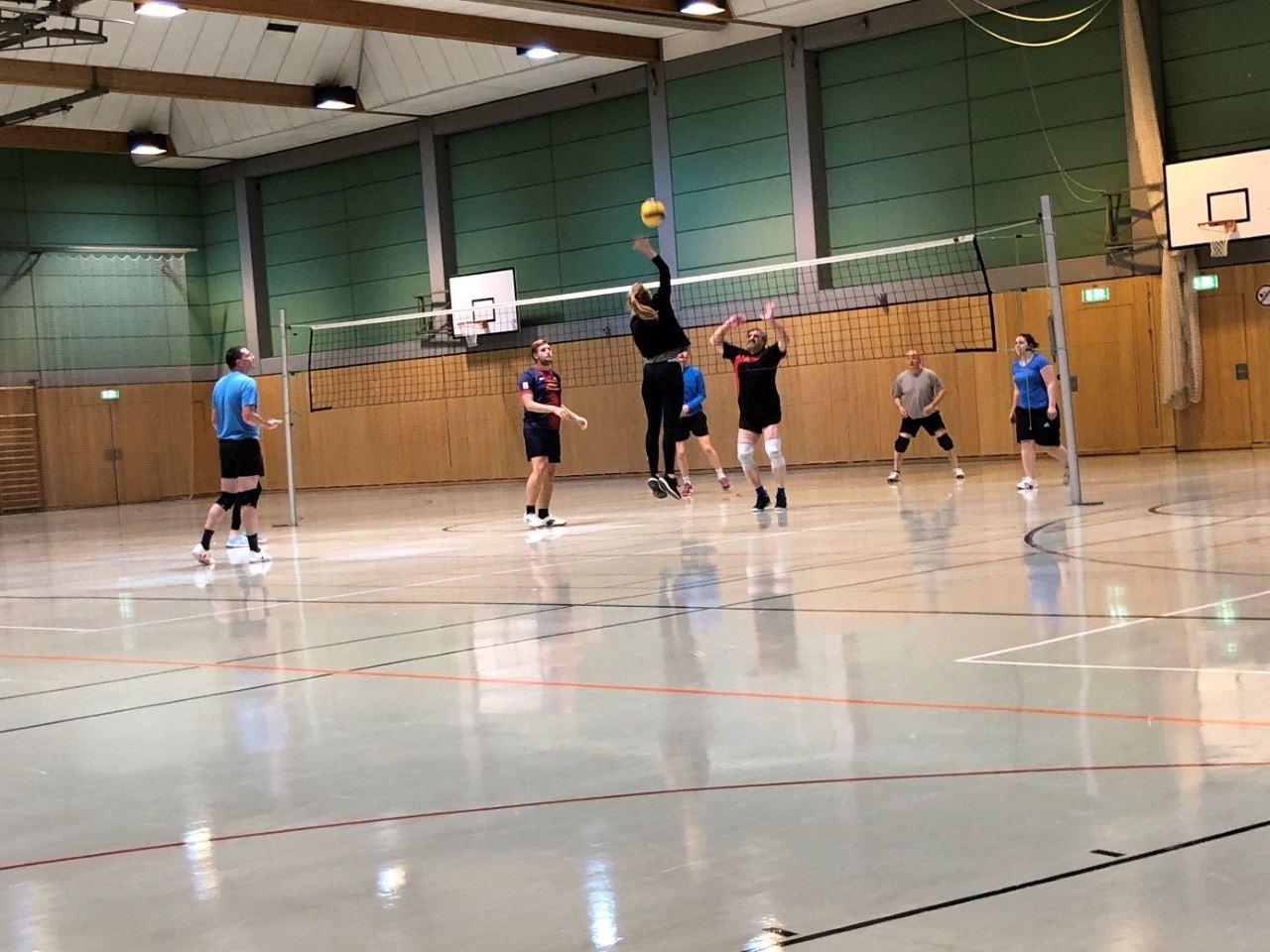 TV Schweinheim Volleyballabteilung beim Training in der Erbighalle